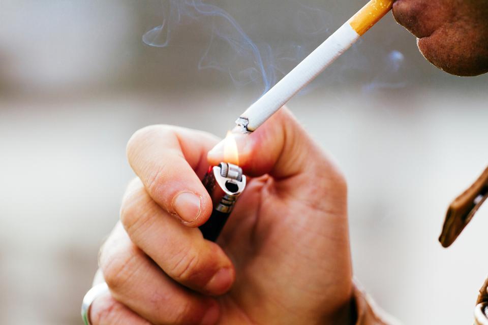 विश्व स्वास्थ्य संगठन की रिपोर्ट के अनुसार धूम्रपान करने वाले लोगों की संख्या में कमी आई