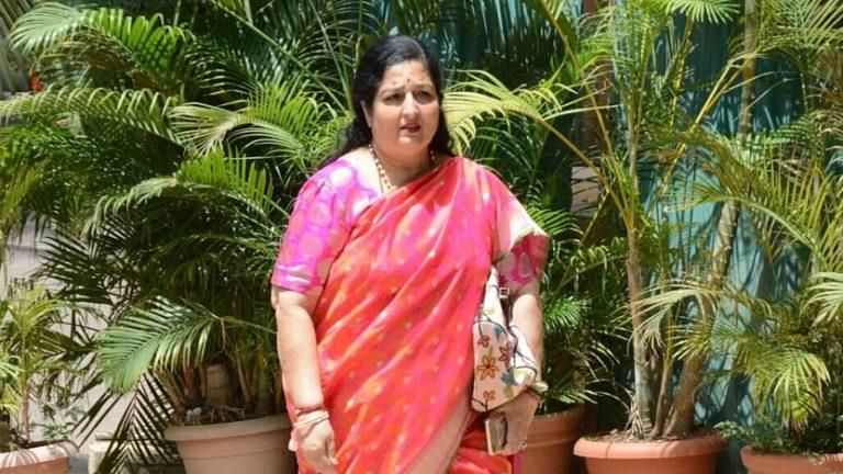 एक महिला ने दावा किया है कि अनुराधा पौडवाल है उसकी असली मां