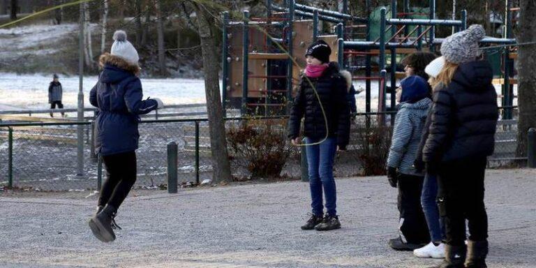 कोरोना के चलते दुनिया भर में लॉक डाउन लेकिन स्वीडन में लोग क्यो जगह जगह घूमफिर रहे