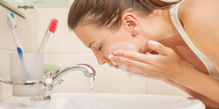 रात में सोने से पहले चेहरा साफ करने के फायदे
