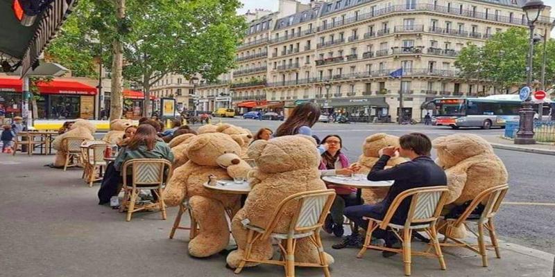 पेरिस के कैफे में सोशल डिस्टेंसिंग