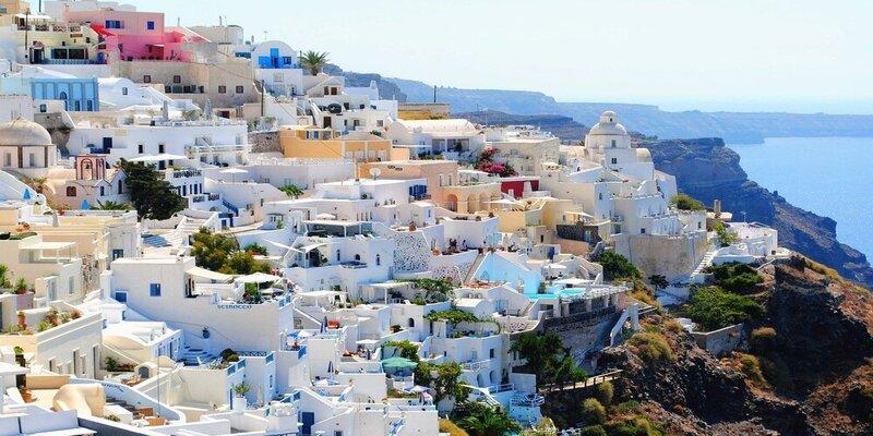 यूनान के अधिकतर घर नीले और सफेद रंग से रंगे जाते हैं
