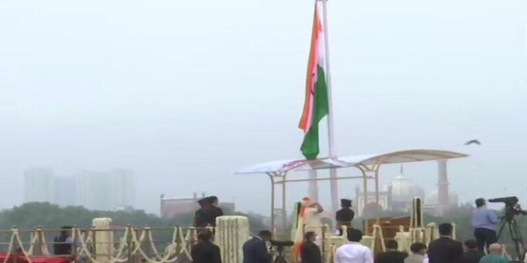 74 वें स्वतंत्रता दिवस के अवसर पर प्रधानमंत्री ने लाल किले पर किया झंडारोहण