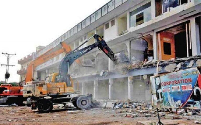 संविधान के कानून में संशोधन कर  बिल्डिंग सरकारअतिक्रमण के बजाय जप्त करे