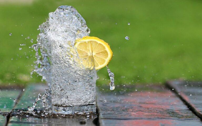 सुबह के समय रोजाना नींबू पानी पीने से पाचन तंत्र दुरुस्त रहने के अलावा होते है ये फायदे