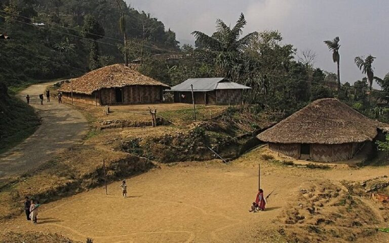 आखिर क्यों भारत के इस गांव के लोग अपने घरों को काले रंग से रंगते हैं